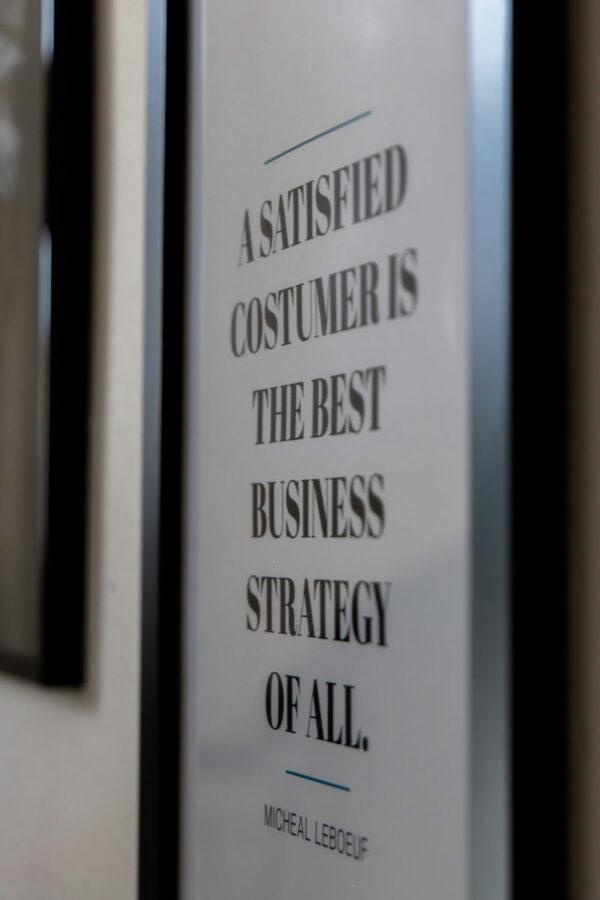 Wandbilder im Büro mit Zitat