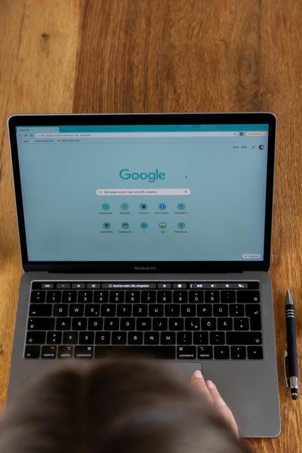 Vogelperspektive Laptop, Google-Suche